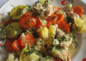 Куриная грудка с овощами, приготовленная в горшочке