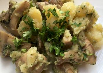 Шампиньоны со сметаной, шпинатом и отварным картофелем