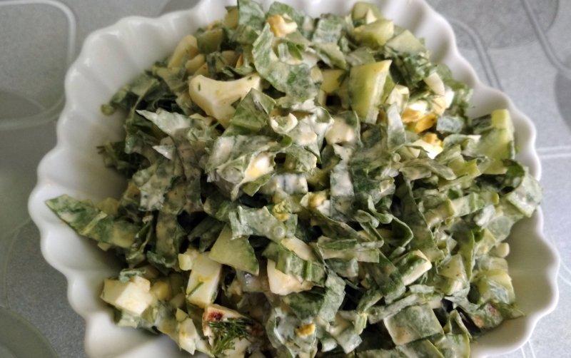 Салат из щавеля с яйцом и огурцом | Главное фото блюда