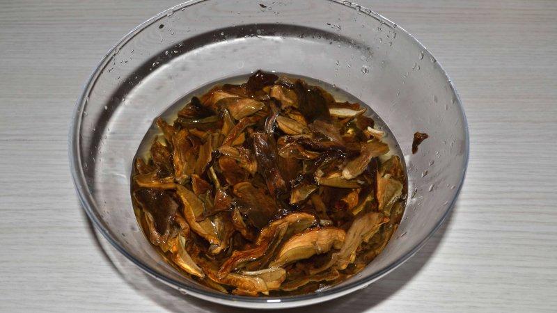Гречневая каша с лесными сушеными грибами, приготовленная в мультиварке | Рецепт приготовления | Шаг 1