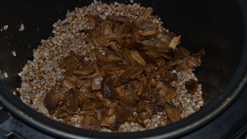 Гречневая каша с лесными сушеными грибами, приготовленная в мультиварке | Рецепт приготовления | Шаг 4
