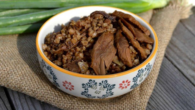 Гречневая каша с лесными сушеными грибами, приготовленная в мультиварке | Главное фото блюда