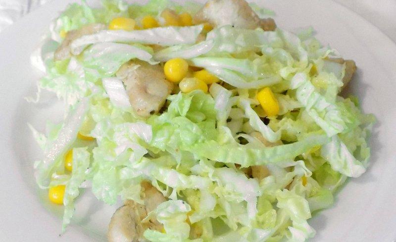 Легкий салат с курицей и пекинской капустой | Главное фото блюда
